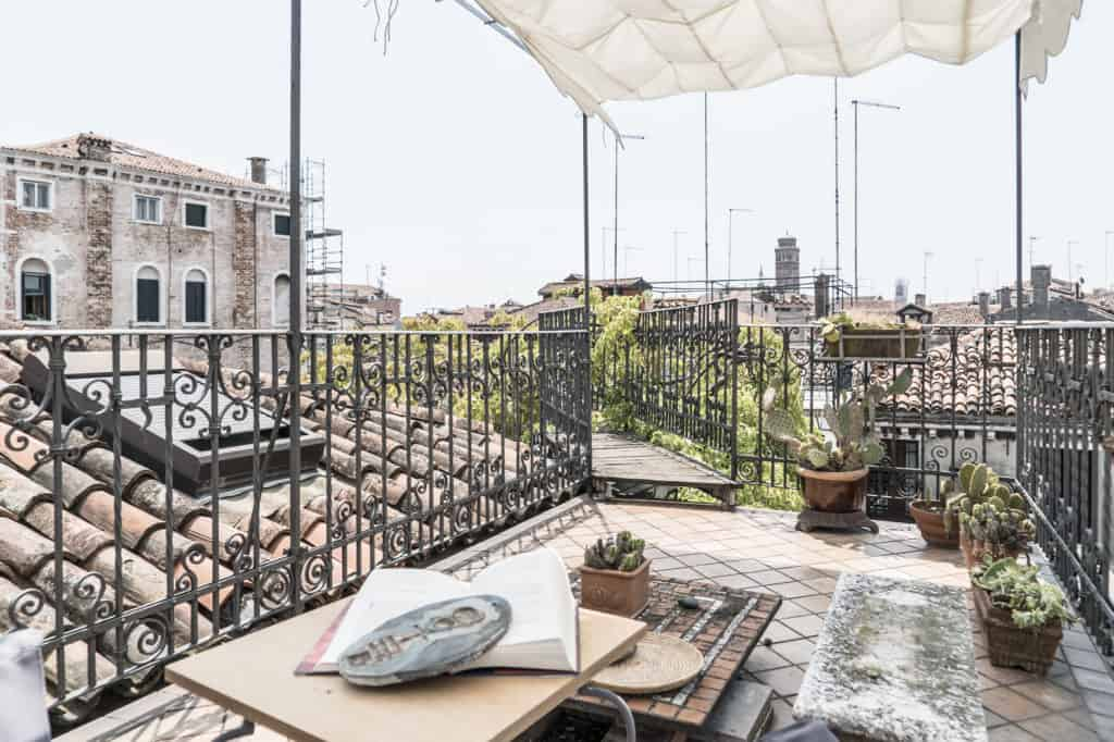Left view of the terrace with coffee table and view on the Venetian palaces - Three Terraces Apartment