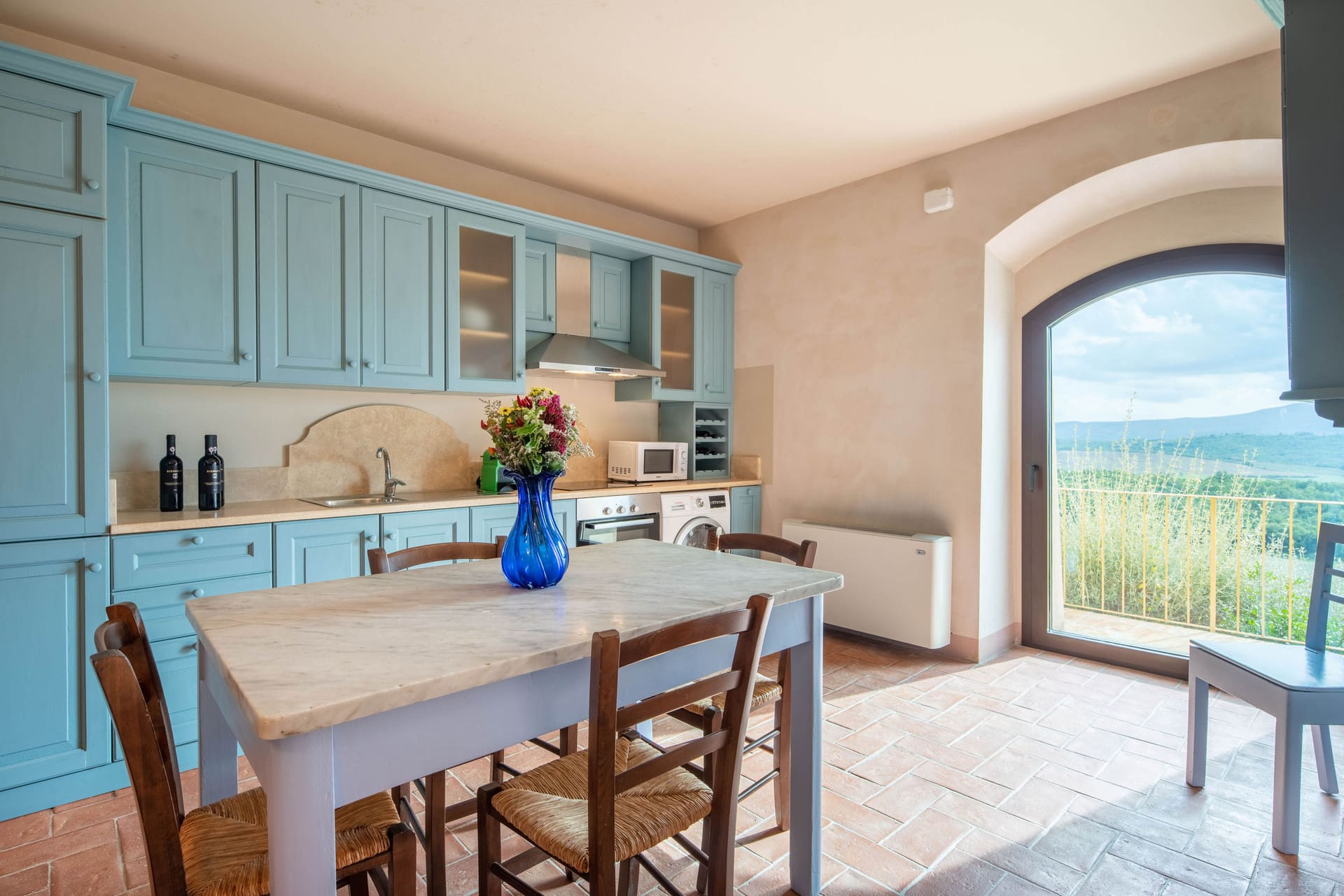 Rustic kitchen with dining table and panoramic view - Bibbiano - Il Fico Apartment
