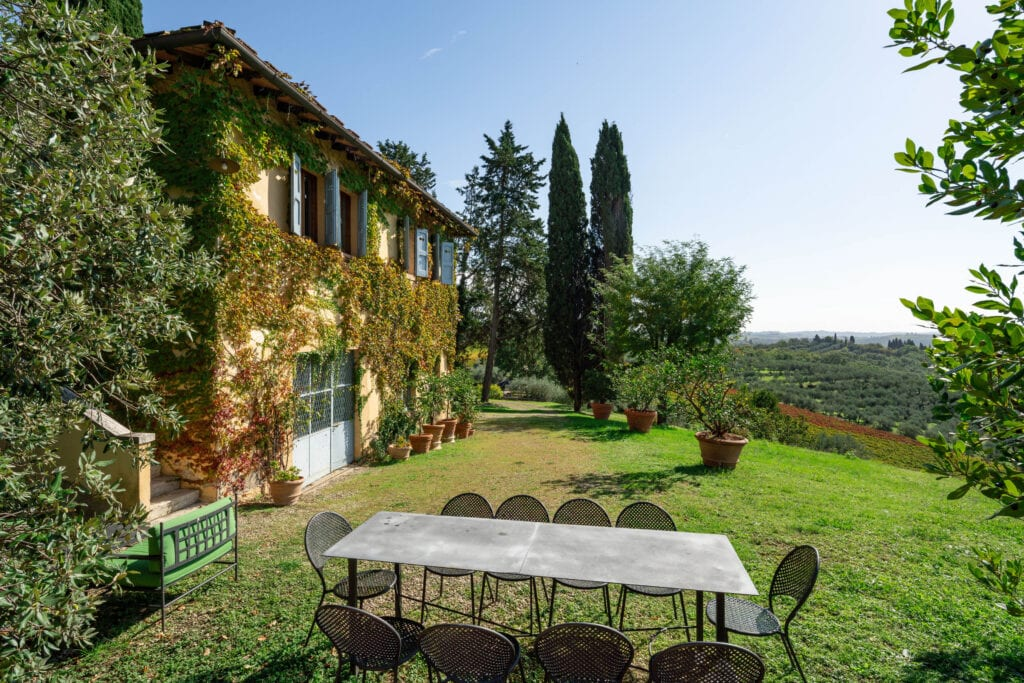 Outdoor facade with dining table and panoramic view - Bibbiano - La Limonaia Apartment